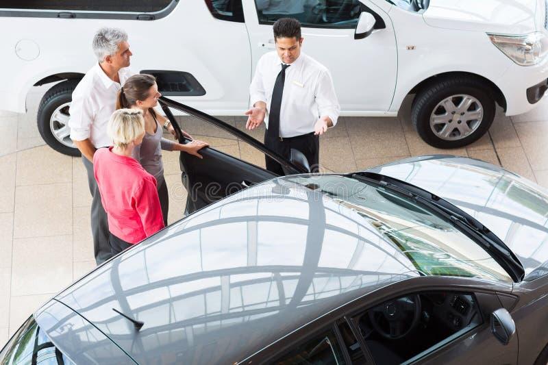 Clientes del vendedor de coches imagenes de archivo