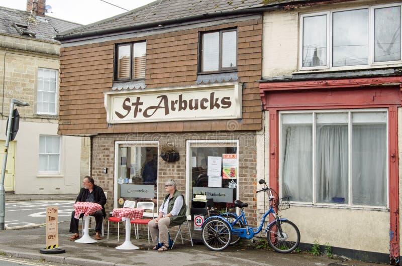 Clientes en Coffee Shop en Market Lavington, Wiltshire imagenes de archivo