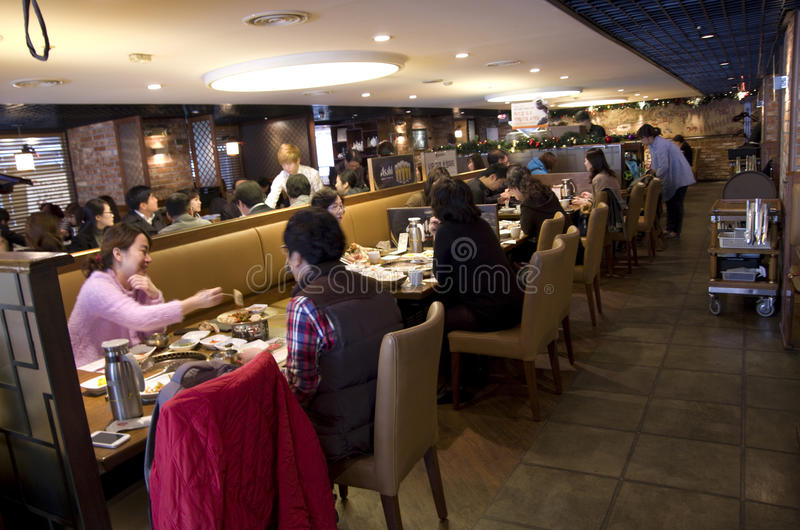 Clientes en el restaurante coreano Seoui fotos de archivo