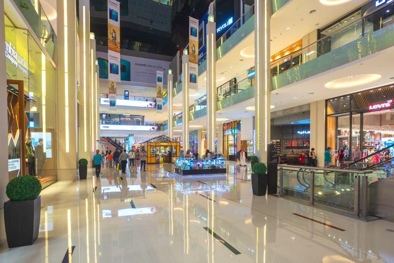 Clientes na alameda de Dubai, o shopping o maior do mundo foto de stock royalty free