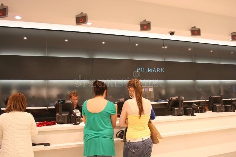 Clientes na loja de Primark imagens de stock