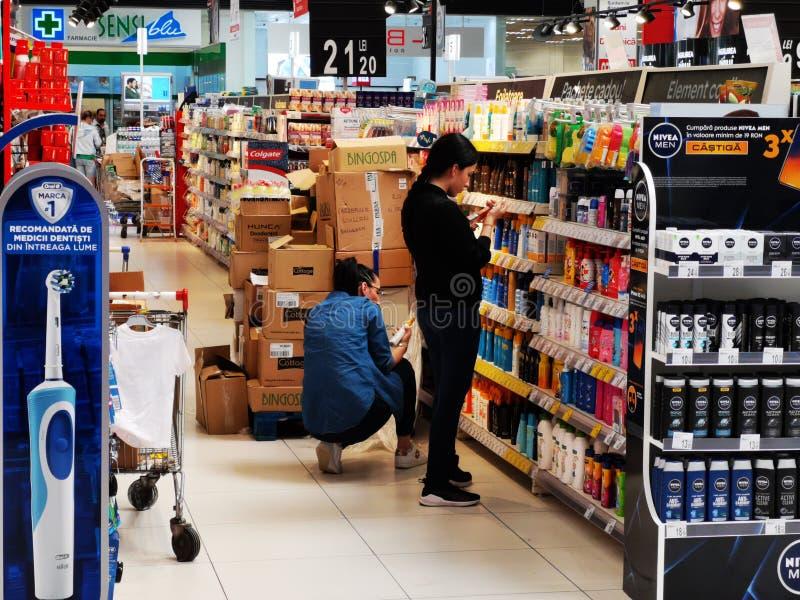 Clientes na prateleira dos cosméticos em Carrefour Vulcan Romênia imagens de stock royalty free
