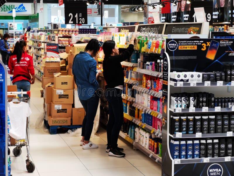 Clientes na prateleira dos cosméticos em Carrefour Vulcan Romênia imagem de stock