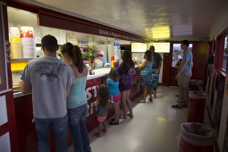 Clientes no contador dos doces, movimentação da estrela no cinema, Montrose, Colorado, EUA fotografia de stock