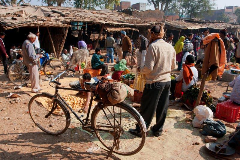 Clientes no mercado da vila fotografia de stock