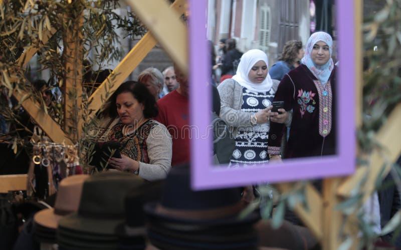 Clientes no suporte na feira da ladra imagens de stock
