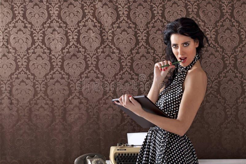 Clientes provocating de la secretaria atractiva, escena del vintage fotos de archivo libres de regalías
