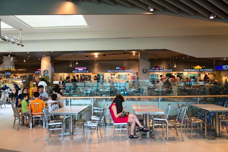 Clientes que cenan en la zona de restaurantes de la alameda de compras del camino de la huerta imagen de archivo libre de regalías