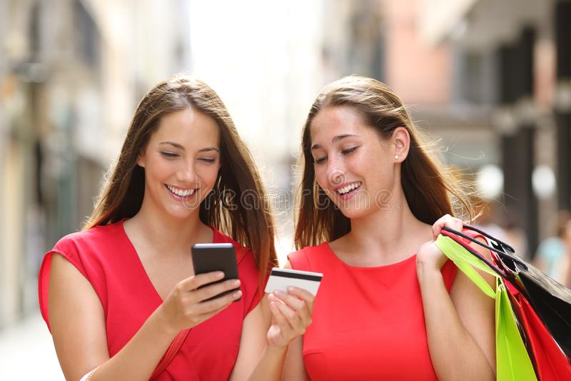Clientes que compram em linha com cartão e telefone celular de crédito fotos de stock royalty free