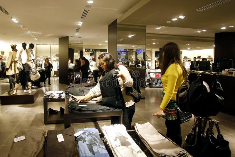 Clientes que compram na alameda - interior da loja de Zara imagens de stock