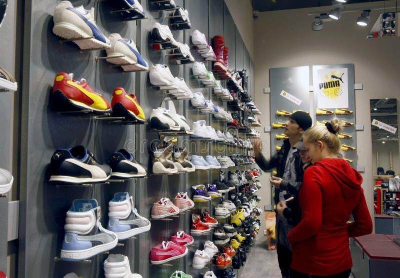 Clientes que compram na alameda - interior da loja do puma fotografia de stock