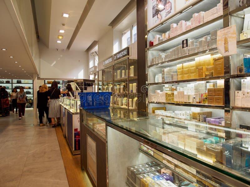 Clientes que compram na loja luxuosa isenta de impostos, Paris, França fotos de stock royalty free