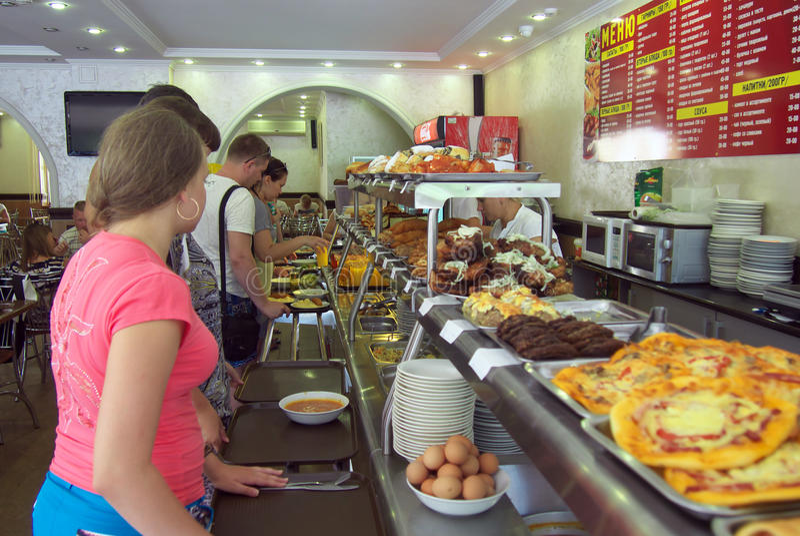 Clientes que eligen platos en el comedor en Sochi imagen de archivo libre de regalías