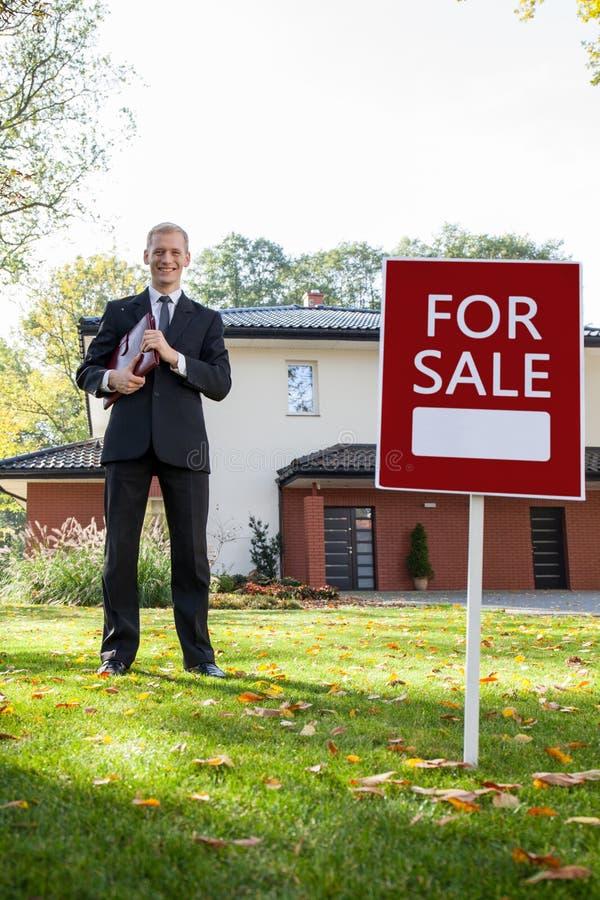 Clientes que esperan del agente de la propiedad inmobiliaria para fotografía de archivo libre de regalías