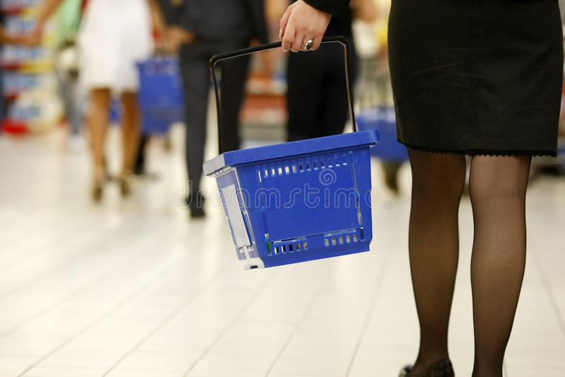 Clientes que hacen compras en el supermercado imagen de archivo libre de regalías