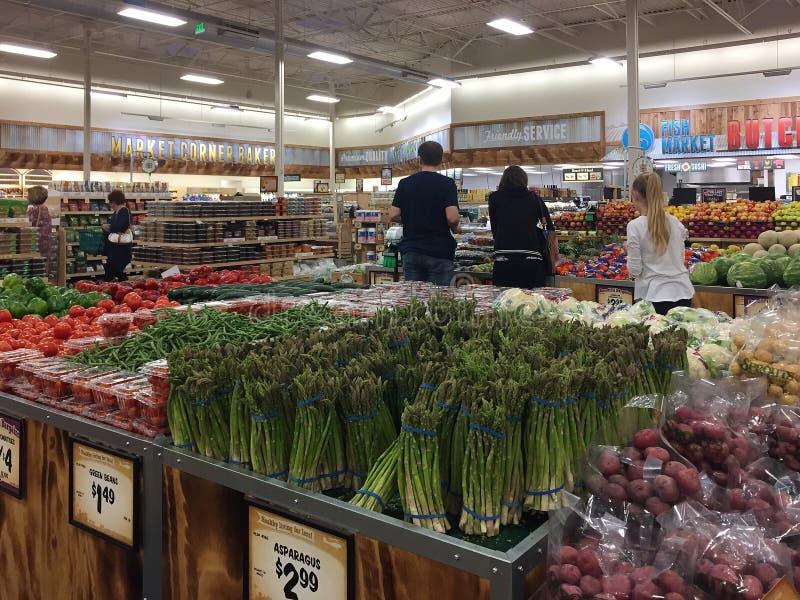 Clientes que hacen compras en los brotes del mercado del granjero fotos de archivo