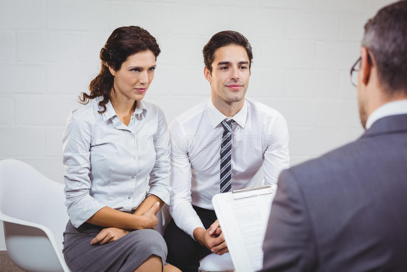 Clientes que interagem com o homem de negócios foto de stock