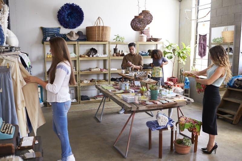 Clientes y personal en una tienda de ropa ocupada foto de archivo libre de regalías