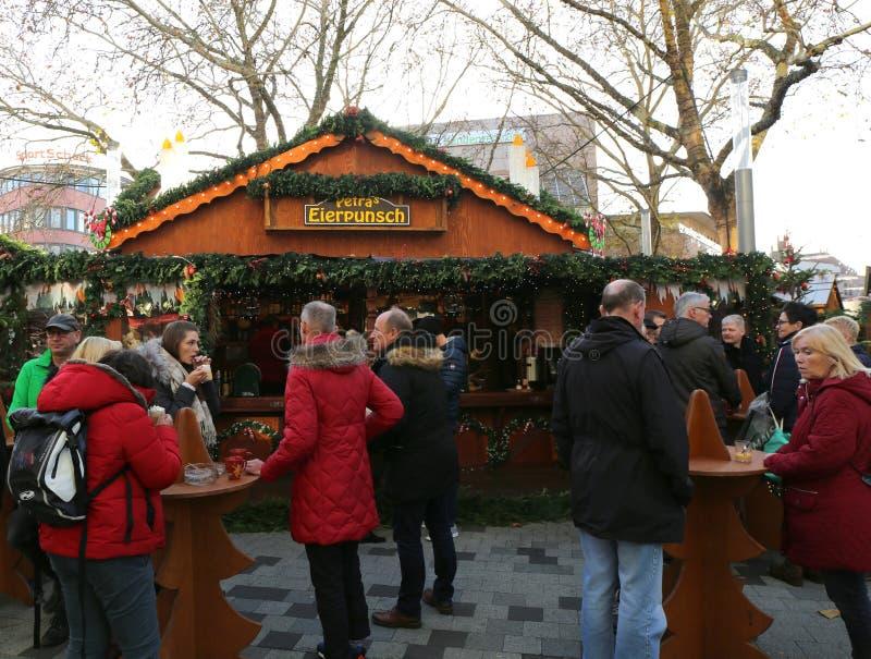Clienti che godono della perforazione dell'uovo al mercato di Natale immagini stock libere da diritti