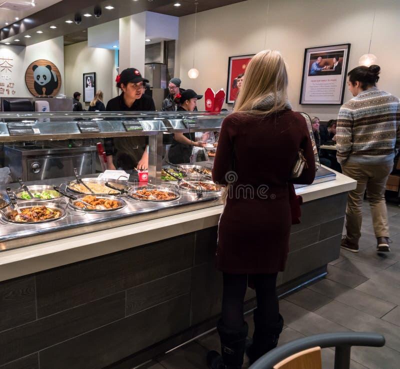 Clienti che ordinano alimento al ristorante di Panda Express fotografie stock libere da diritti