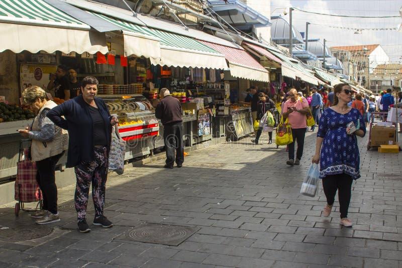 Clienti con le loro borse al mercato di strada occupato di Mahane Yehuda in Jeruslaem Israele fotografia stock