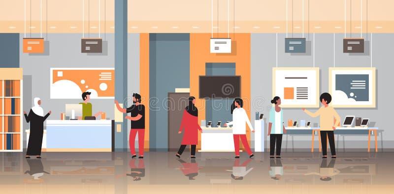 Clienti della corsa della miscela negli ospiti interni del deposito moderno di tecnologia che scelgono lo smartphone dello scherm illustrazione di stock