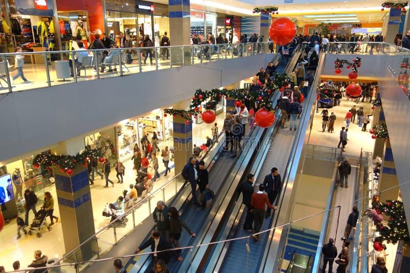 Clienti di stagione di tempo di Natale del centro commerciale fotografie stock