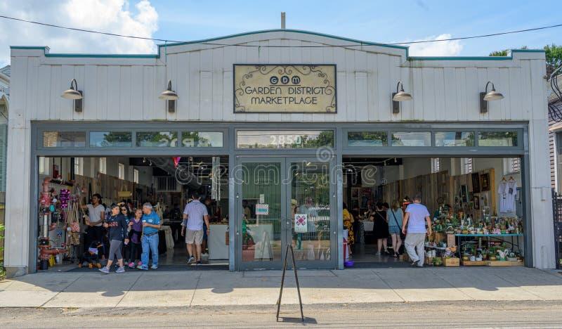 Clienti nel distretto del giardino di New Orleans immagine stock