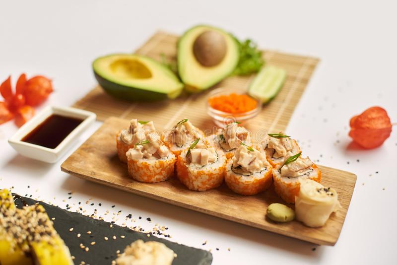 Clienti pronti ed aspettanti dell'insieme saporito dei sushi durante il pranzo immagini stock libere da diritti