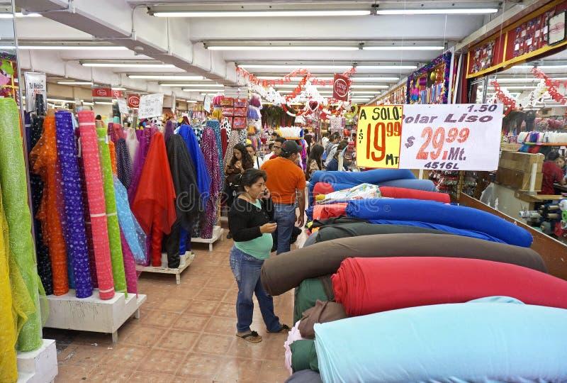 Clients à un magasin de tissu en Merida Mexico images libres de droits