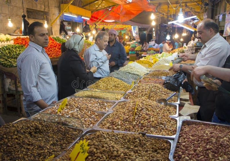 Clients achetant des écrous à Amman Jordanie photo libre de droits