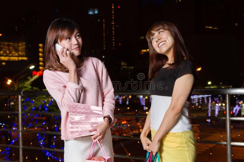 Clients asiatiques la nuit dans la ville image libre de droits