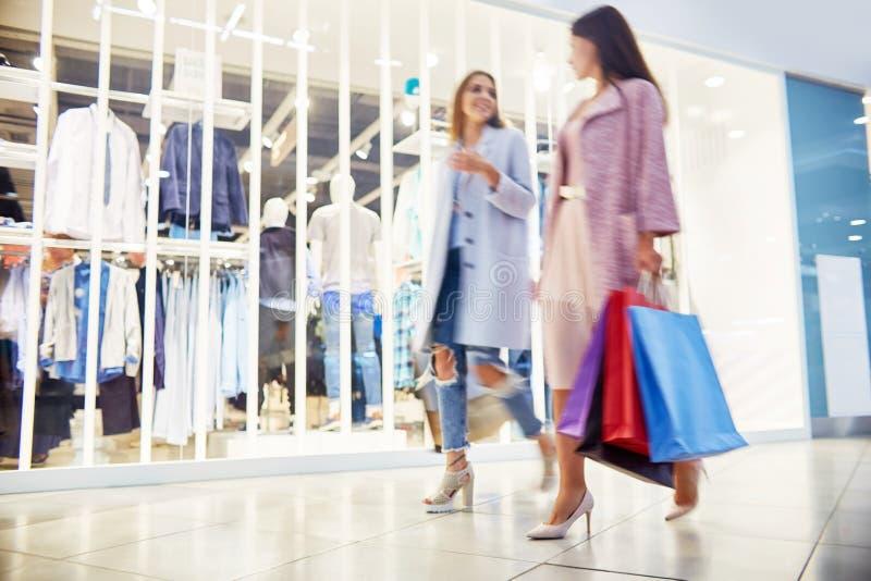 Clients au centre commercial photos libres de droits