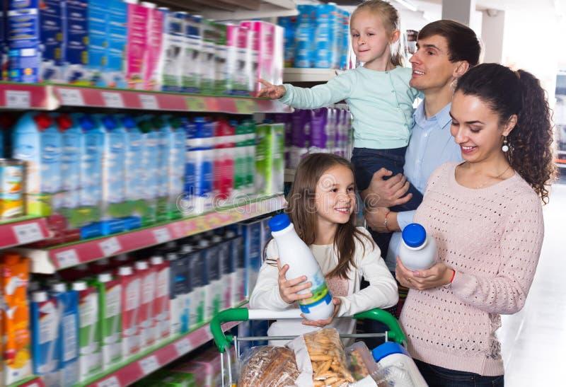 Clients avec des enfants choisissant des laitages image stock
