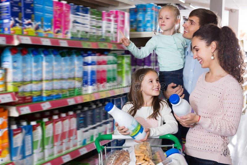 Clients avec des enfants sélectionnant des laitages photo stock