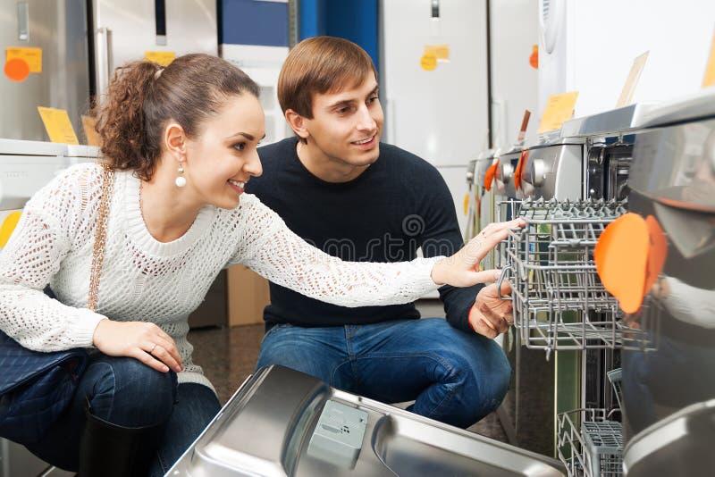 Clients choisissant la nouvelle machine à laver la vaisselle image libre de droits