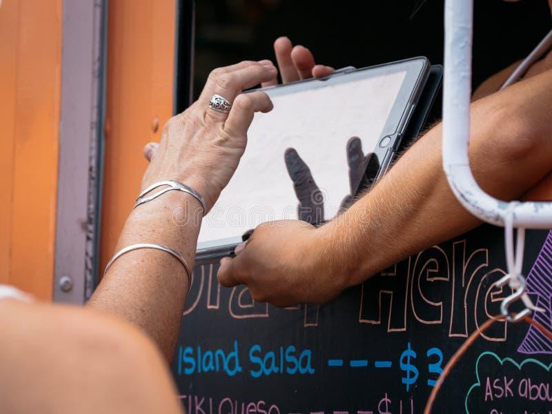 Clients de camion de nourriture achetant et mangeant photos stock
