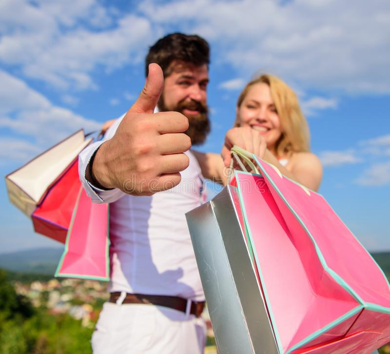 Clients heureux de famille L'homme avec la barbe montre le pouce vers le haut du geste Les couples dans l'amour recommandent la r photo stock