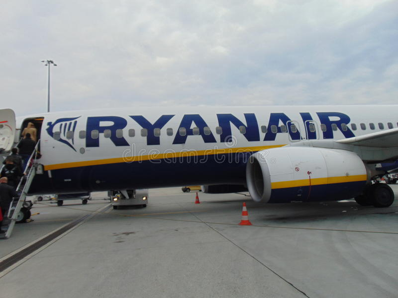 Clients montant à bord de l'avion de Ryanair photographie stock libre de droits