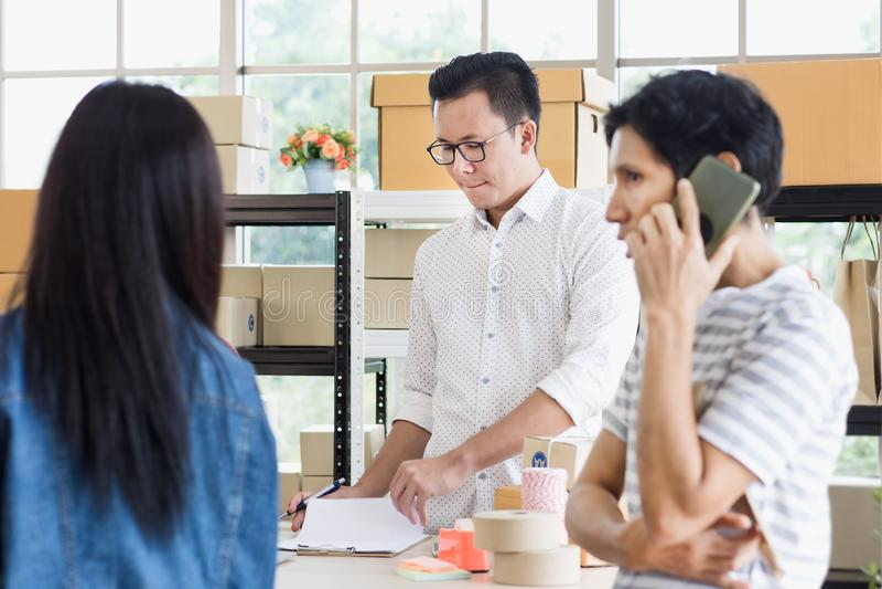 Clients servants de jeune femme d'affaires asiatique travaillant dans h simple photographie stock