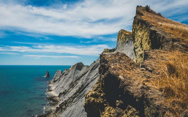 Cliff Cape Kindnappers, bahía de Hawkeys imagen de archivo