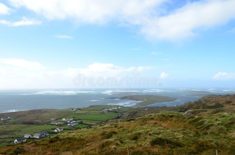 Cliff Coast och havssikt från himmelvägen i Clifden, Irland arkivfoto