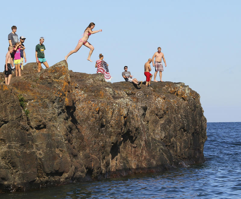 Cliff Diving i Marquette, Michigan fotografering för bildbyråer