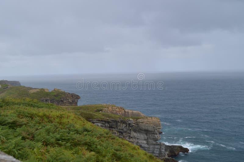 Cliff With een Grote Groene Weide in Santander royalty-vrije stock foto