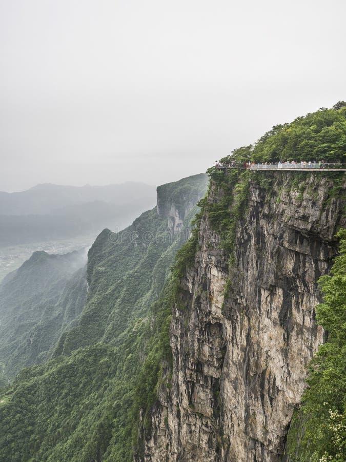 Cliff Hanging Walkway na montanha de Tianmen, a porta do ` s do céu em Zhangjiagie, província de Hunan, China, Ásia fotos de stock