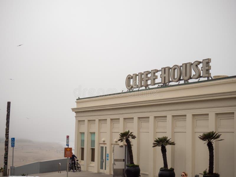 Cliff House-Restaurantzeichen und Errichten am nebeligen Tag stockbild