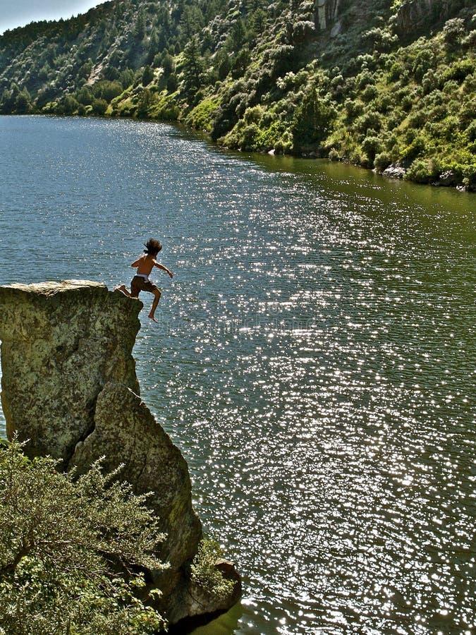Cliff Jumping pazzo nel Montana fotografia stock