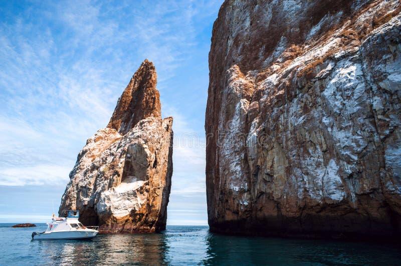 Cliff Kicker Rock, el icono de los buceadores, las Islas Galápagos fotografía de archivo