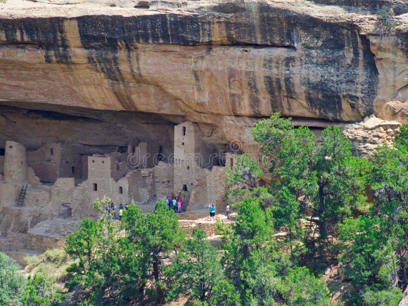 Cliff Palace Tour på Mesa Verde arkivfoto