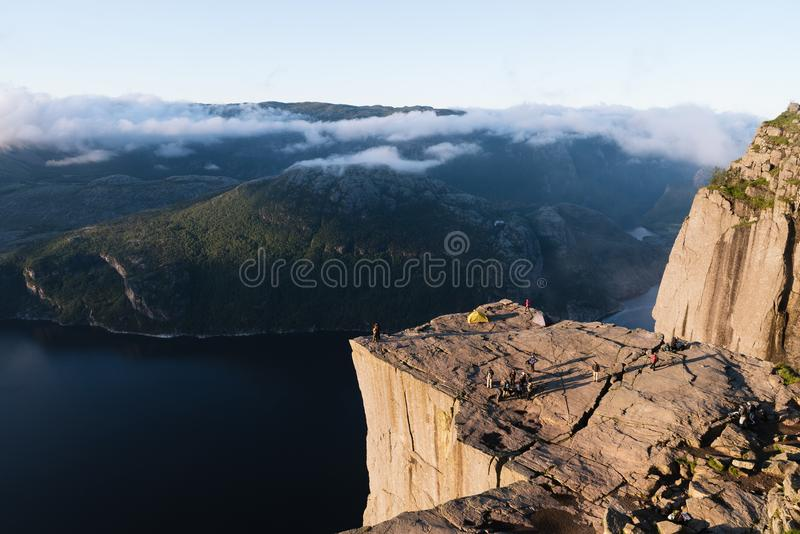 Cliff Preikestolen no fiorde Lysefjord, Noruega fotografia de stock